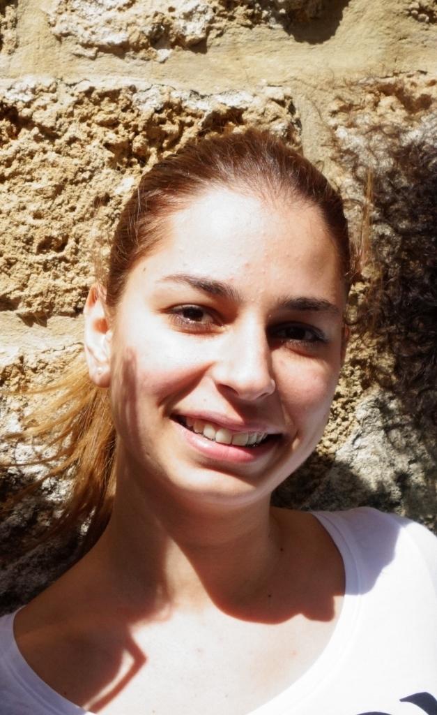 """Nous discutons avec Cécilia, étudiante en sciences politiques à l'université de Saïda, à 30 km au nord de Sour. Elle souhaite se marier quand elle aura trouvé l'homme qu'il lui faut. Un chrétien, elle préfèrerait - Cécilia est grecque orthodoxe. Elle aimerait s'engager dans l'armée plus tard. A côté de ses études, Cécilia travaille à l'auberge Al Fanar pour gagner un peu d'argent. Au départ, son père ne souhaitait pas que sa fille sorte de la maison pour travailler. """"Il préférait que je reste à la maison. J'ai du mettre fin à mon job de serveuse. Lorsque Walid, qui est un bon ami de mon père, m'a proposé de travaillé à l'auberge, mon père n'a pas pu refuser"""". La jeune étudiante de 21 ans habite chez sa grand-mère depuis le début de ses études, avec sa tante célibataire. Avant de mourir il y a quelques semaines, sa grand-mère lui a demandé de veiller sur sa tante. La jeune femme tient sa promesse en restant à ses côtés."""