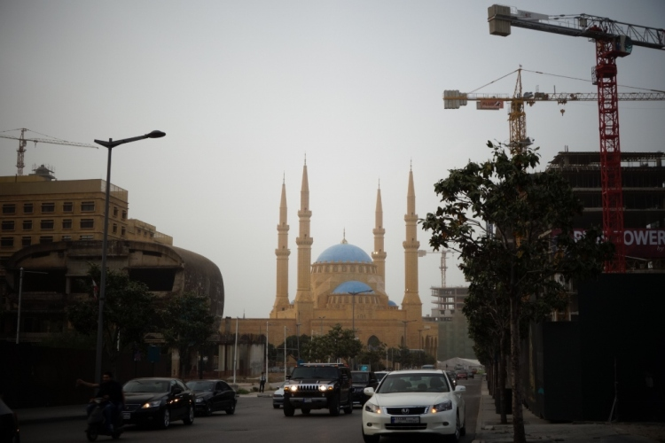 La mosquée Mohammad Al-Amin, financée par l'ancien Premier ministre sunnite Rafic Hariri, assassiné en 2005. A gauche, un bâtiment éventré qui semble abandonné. De part et d'autres, l'un des nombreux chantiers de Beyrouth. Au premier plan, la circulation dense, composée de gros 4x4 et de scooters.