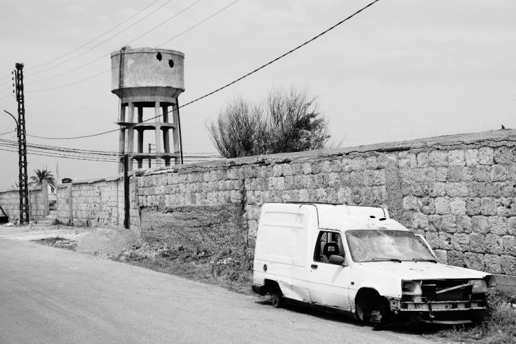voiture et château d'eau