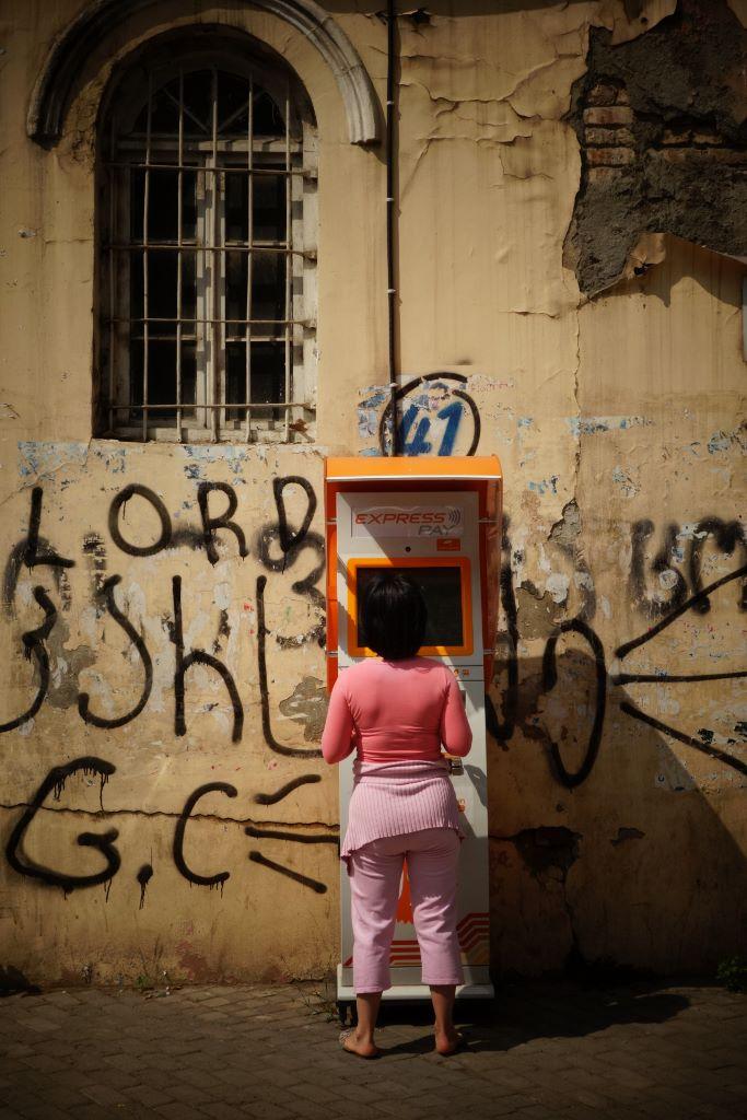 Paybox. C est le nom de ces kiosques electroniques disposes devant de nombreux commerces en Georgie et particulierement dans la capitale. Une simple carte magnetique permet de payer l electricite, crediter une ligne de telephone mobile, ou recharger une carte des transports publics.