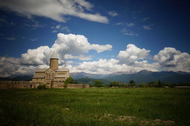 """Le monastere orthodoxe d Alaverdi est situe dans la region viticole de Kakhetie, a l est de la Georgie. Il abrite la cathedrale la plus orientale du pays, batie au XIe siecle, comme le dernier bastion chretien avant le monde musulman. Les georgiens ont conserve le nom donne a ce lieu de priere lorsqu il a ete transforme en etable lors de la domination ottomane : Alaverdi, ou Allah Verdi, signifiant """"donne par Dieu""""en arabe."""