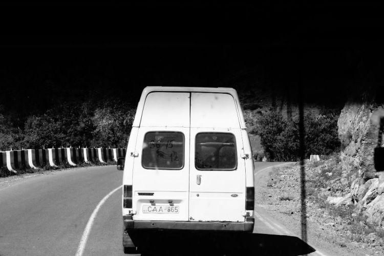 Les marchroutkas sillonnent le pays a toute allure. Moyennant quelques laris, elles transportent ecoliers, travailleurs, personnes agees, voyageurs, et marchandises. Ce sont souvent des camionnettes importees d Allemagne, pour une deuxieme vie sur les routes georgiennes. Remarquez ce qui est ecrit au doigt sur la poussiere de la vitre arriere : un tableau magique pour s entendre sur le prix de la course !