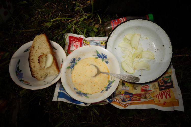 Pain maison, soupe à la crème, oignons crus...déjeuner sur l'herbe en compagnie de Stefan et les siens