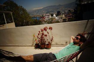 Bain de soleil sur la terrasse géante de Setareh, à Beyrouth